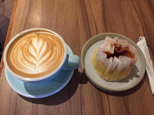 可愛的咖啡跟看起來很可愛吃起來還好的蜂蜜蛋糕